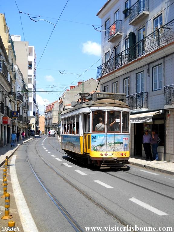 Tramway 28 dans quartier Graça